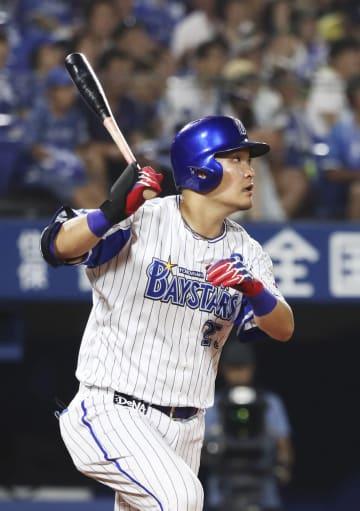 7回DeNA2死、筒香が右中間に2打席連続となる本塁打を放つ=横浜