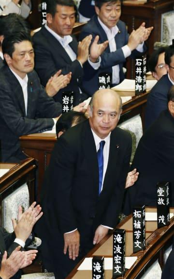 参院本会議で解任決議案が否決され、議場に一礼する柘植芳文内閣委員長=18日午後