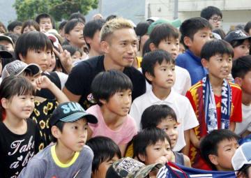子どもたちと記念撮影する長友佑都選手(中央)=18日午後、大洲市菅田町菅田