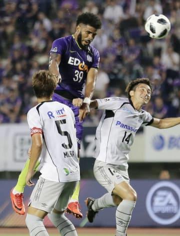 広島―G大阪 前半、先制ゴールを決める広島・パトリック(上)=Eスタ