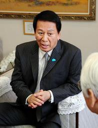 肝炎の対策を訴える杉良太郎さん=兵庫県庁