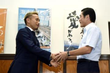 中村時広知事と握手する長友佑都選手=18日午後、県庁