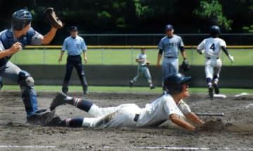 京産大付―洛西 5回表洛西1死一、三塁、ヘッドスライディングで生還する川野(あやべ)