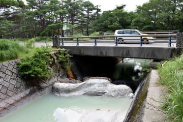 硫黄山の噴火後に非常に強い酸性となっている長江川の上流の小川=18日午前、えびの市・えびの高原