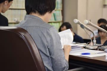 精神科病院に入院していた女性が不当な身体拘束を受け死亡したとして、病院側に損害賠償を求め提訴後、記者会見する原告の遺族=18日午後、東京・霞が関の司法記者クラブ