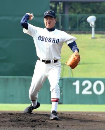 銚子商-成田の試合前に始球式を務めた銚子商OBの木樽正明さん=千葉県総合SC