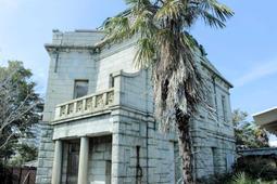 大正時代に建てられた重厚な「安藤家洋館」。無人のまま劣化が進む=大久保町駅前1