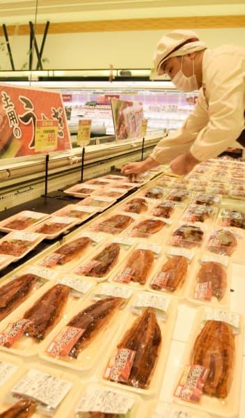スーパーの売り場に並ぶウナギのかば焼き。価格は高めだが、売れ行きは順調だ=18日、盛岡市本町通