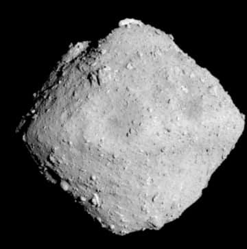 はやぶさ2が6月30日に撮影した小惑星りゅうぐう(JAXAなど提供)