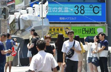 大阪・ミナミの戎橋の38度を示すモニター=19日午前