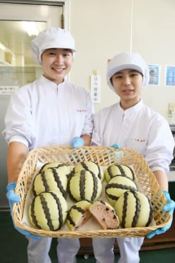 21日に発売するスイカパンをPRする盛岡農高食品科学科パン研究班の生徒