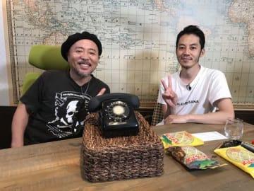 黒電話を前に語り合う西野亮廣さん(右)とマキタスポーツさん