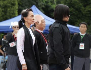 アウン・サン将軍を祭る「殉難者廟」を訪れたアウン・サン・スー・チー国家顧問兼外相(左)=19日、ミャンマー・ヤンゴン(共同)