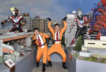 「ウルトラマンフェスティバル2018」の会場内でおどける、爆笑問題の田中裕二(左)と太田光=19日、東京都内