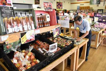 地元の農産物や加工品などが並ぶ、道の駅「つの」の物産館