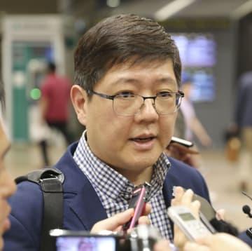 訪朝を終え、北京国際空港で取材に応じる金弘傑氏=19日(共同)