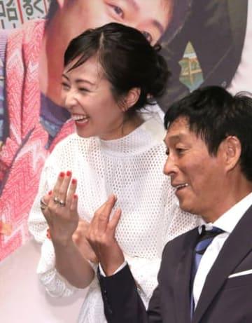 Netflixのオリジナルドラマ「Jimmy~アホみたいなホンマの話~」の完成披露試写会イベントに登場した木南晴夏さん(左)と明石家さんまさん