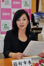 会見で、民間ブロック塀の撤去に対する補助を説明する稲村和美市長=尼崎市役所