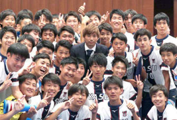 祝賀会で野洲高サッカー部員らとともに記念写真に納まる乾選手(19日午後7時20分、大津市内のホテル)