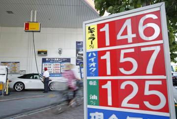 東京都内のガソリンスタンドの価格表示=19日午後