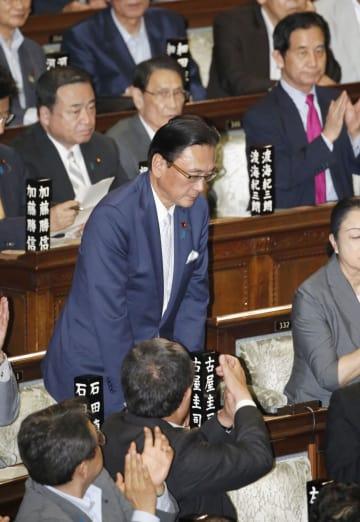 衆院本会議で解任決議案が否決され、一礼する古屋圭司衆院議院運営委員長=19日午後