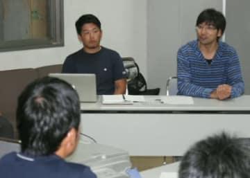報告する松永鎌矢さん(左)と河井昌猛さん