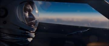 ライアン演じるアームストロングに注目! -写真は映画『ファースト・マン』 - (c)Universal Pictures and DreamWorks Pictures