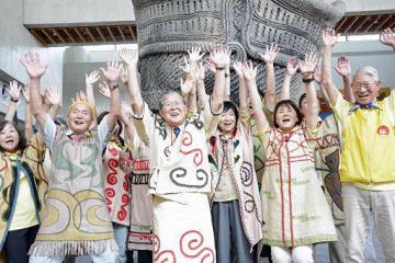 文化審議会で日本の推薦候補に決まり、万歳をする三内丸山応援隊のガイドら=19日午後1時20分ごろ、青森市の縄文時遊館