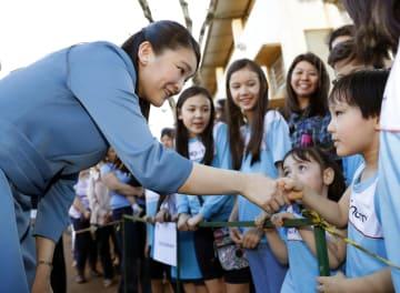日系団体施設を訪問し子どもたちと握手される秋篠宮家の長女眞子さま=19日、ブラジル・ロンドリーナ(共同)