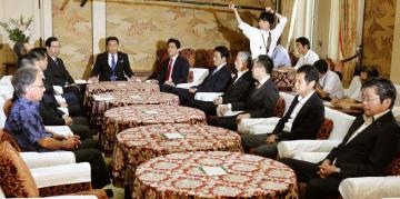 国会内で会談に臨む野党6党派の党首ら=20日午前