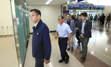 20日、韓国・高城の南北出入事務所を通じて北朝鮮側に向かう韓国の共同研究調査団(聯合=共同)