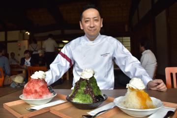 3種類のかき氷と、東京銀座「六雁」の秋山能久総料理長=高萩市上手綱