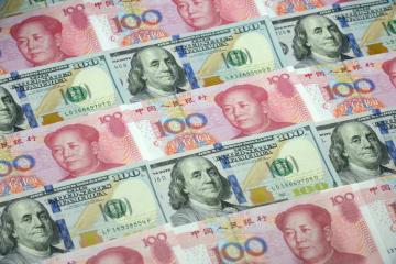 中国人民元の100元と100米ドル紙幣(共同)