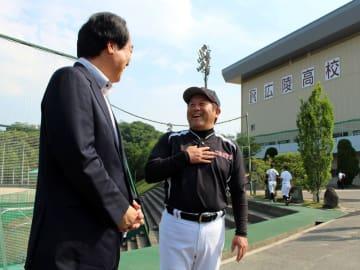 川島宏治アナウンサー(左)のインタビューに答える広陵高硬式野球部監督の中井さん