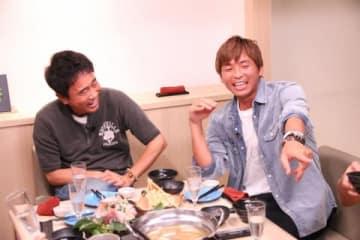 「ダウンタウンなう」に出演する「ダウンタウン」の浜田雅功さん(左)と乾貴士選手(C)フジテレビ