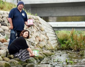 須崎川で灯籠流しを計画する新沼崇久委員長(奥)ら。被災した中心市街地を鎮魂と希望の明かりで照らす