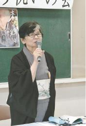 祝う会であいさつする野村さん。約60年にわたって古里の昔語りを採集、研究してきた