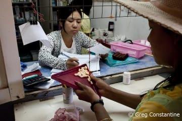 ミャンマーのMSF診療所の薬局で薬を受け取る患者(2012年1月)