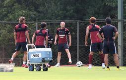 チームに合流し、初練習を行うイニエスタ=20日午前、神戸市西区、いぶきの森球技場(撮影・山崎 竜)