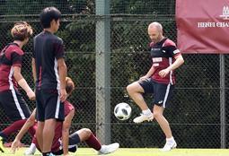 神戸のチームメートとボール回しをするイニエスタ(右)=神戸市西区、いぶきの森球技場(撮影・山崎 竜)