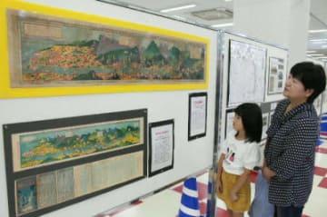鳥瞰図や広告入りの観光パンフレットなどを展示=中津市のゆめタウン中津