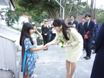 眞子さまに花束を贈るユゲ姉妹