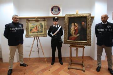 イタリアの警察当局が発見したルノワールとルーベンスのものとみられる絵画=20日、モンツァ(ANSA=共同)