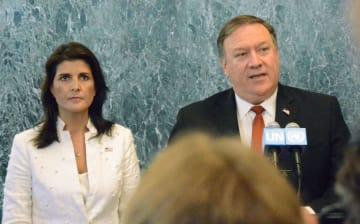 20日、ニューヨークの国連本部で記者団の取材に応じる米国のポンペオ国務長官(右)とヘイリー国連大使(共同)