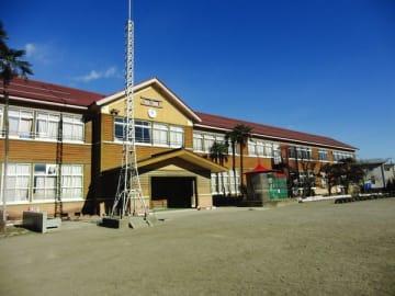 耐震改修工事が行われる北小の南棟(市教委提供)