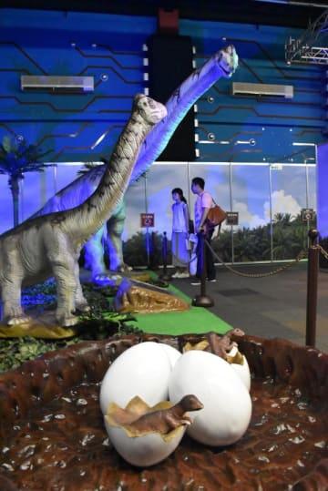 さまざまな恐竜を展示する「ダイナソーアドベンチャー」