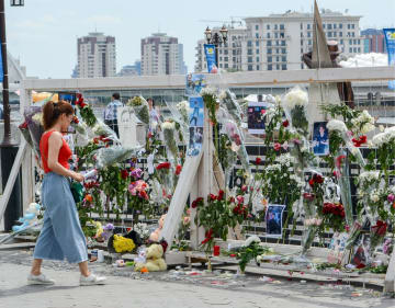 20日、カザフスタン・アスタナの川沿いにささげられたテン選手を追悼する花(タス=共同)