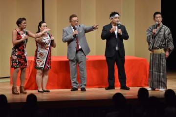 会場を大いに沸かせた(右から)三遊亭円楽さん、サンドウィッチマン、ニックス