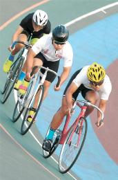上位進出を目指しバンクで走り込む佐藤主将(右)ら紫波総合の選手たち=岩手県紫波町の紫波自転車競技場
