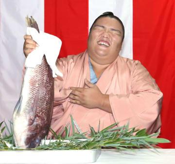 大相撲名古屋場所で初優勝を決め、タイを手に笑顔の御嶽海=21日、愛知県犬山市の出羽海部屋宿舎